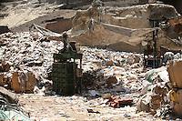 2011 Mokattam Garbage City (alla periferia del Cairo) il quartiere copto dove si vive in mezzo alla spazzatura raccolta: cumuli di spazzatura.