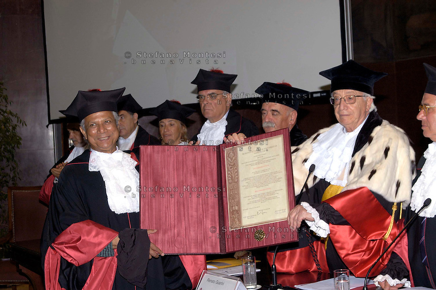 Roma July 8 2008.Bangladeshi banker and 2006 Nobel peace prize laureate Muhammad Yunus poses with a giant diploma after receiving a Doctor Honoris Causa title from Sapienza University in Rome. .Receives a Doctor Honoris Causa title from Sapienza University Rector Renato Guarini.