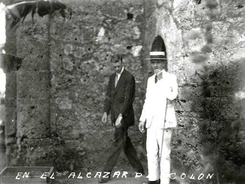 Lindbergh de visita en la  ciudad colonial. Alcazar de Colón. 1927. Col. AGN