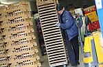 Foto: VidiPhoto<br /> <br /> CUIJK - Vrachtwagenchauffeur Piet van Wijk bezorgt dinsdagmorgen vers brood van bakkerij De Paauw uit Hardinxveld-Giessendam bij de Lidl in Cuijk bij Nijmegen.