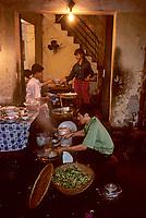 Asie/Vietnam/Hanoi: le marché  - restaurant de rue la nuit