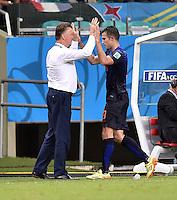 FUSSBALL WM 2014  VORRUNDE    Gruppe B     Spanien - Niederlande                13.06.2014 Trainer Louis van Gaal (li) klatscht Robin van Persie (re, beide Niederlande) bei seiner Auswechslung ab