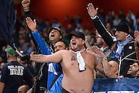 FUSSBALL   CHAMPIONS LEAGUE   VORRUNDE     SAISON 2013/2014    Arsenal London - SSC Neapel   01.10.2013 Ein Neapel Fan zeigt  Fahne und Bauch