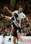 Handball Herren, 1.Bundesliga 2003/2004 Goeppingen (Germany) FrischAuf! Goeppingen - Wilhelmshavener HV (25:27) hinten Jaliesky Garcia (FAG) wirft, vorne Oliver Koehrmann (WHV)