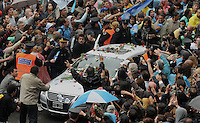 People wave to the car of Argentina President Cristina Fernandez who leaves Presdiential Palace leading the  caravan taking the coffin of her  husband, NestorKirchner. People during the funeral of former prsident of Argentina Nestor Kirchner at the presidential palace of Buenos Aires, Argentina