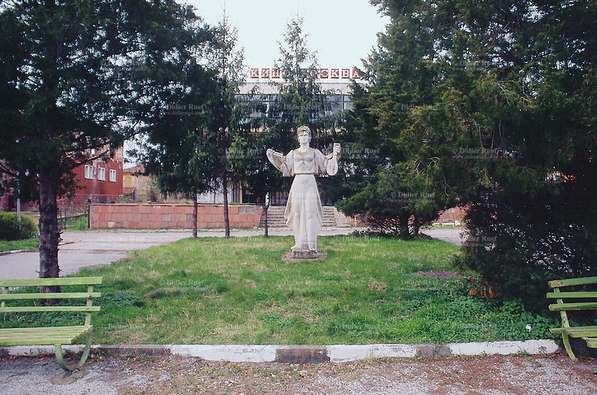 Bulgaria. Province Oblast Lovech. Lukowit. Old communist symbols in a small park. © 1997 Didier Ruef