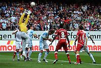Fussball 2. Bundesliga:  Saison   2012/2013,    3. Spieltag  1. FC Kaiserslautern - TSV 1860 Muenchen   26.08.2012 (v. li.) Torwart Gabor Kiraly (1860 Muenchen) gegen Kai Buelow ( 1860 Muenchen) und Mohamadou Idrissou und Mathias Abel (beide, 1. FC Kaiserslautern)