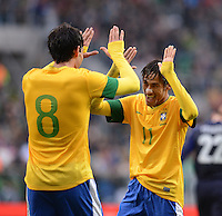 FUSSBALL   INTERNATIONAL   Testspiel    Japan - Brasilien          16.10.2012 JUBEL Brasilien; NEYMAR (re) klatscht KAKA ab.