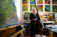 Milano, casa di riposo per ex musicisti Giuseppe Verdi, Stefania Sina, 77 anni, ex cantante della Polifonica Ambrosiana ora pittrice.e giornalista. . Milan,ex- musicians and singers hospice Giuseppe Verdi, Stefania Sini 77 years old, ex opera singer now painter and journalist