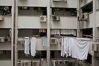 Le linge sèche à l'intérieur de Mirador Mansions dans Kowloon, bâtiment voisin du célèbre Chungking Mansions, sorte de ville dans a ville où logent à a fois migrants en transit, petits ateliers de confection à 'ancienne, touristes qui logent pour quelques dollars dans es innombrables guesthouses qui ont fait de l'endroit un point d'attraction cosmopolite en plein Kowloon.