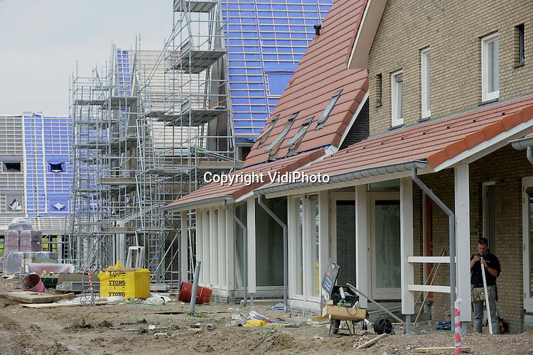Foto: VidiPhoto..ARNHEM - In de nieuwbouwwijk Schuytgraaf in Arnhem-Zuid verrijst op dit moment een Amerikaanse wijk. In totaal gaat het om 225 woningen van verschillende types. Een gezamenlijk kenmerk is echter een al dan niet met glas afgeschermde veranda. De woningen worden gebouwd door Gerritsen Bouwgroep uit Renkum in opdracht van Heijmans Vastgoed, Portaal Vastgoed Realisatie en Rabo Vastgoed. Nog dit jaar worden de laatste woningen van het project opgeleverd.