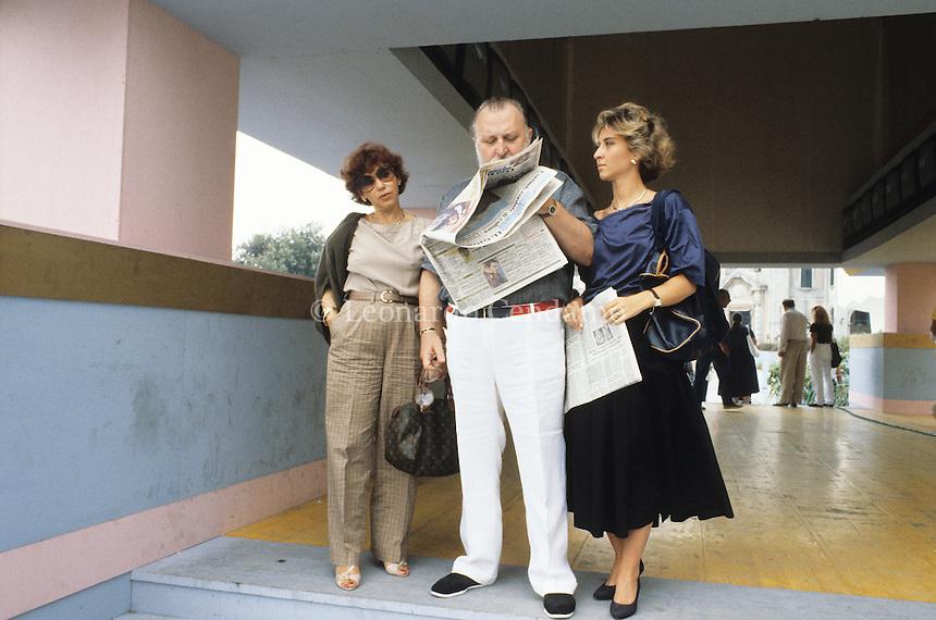 Sergio Leone con la moglie Carla e con la figlia Raffaella. Lido di Venezia. © Leonardo Cendamo