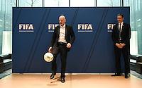 Fussball International 29.02.2016 Fussball International FIFA Praesident Gianni Infantino (Schweiz) erster Tag im Home of Fifa Kick Off: FIFA Praesident Gianni Infantino (li, Schweiz) beim FIFA Staff Meeting, FIFA Interims-Generalsekretaer Markus Kattner (Deutschland)