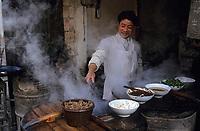 Asie/Chine/Jiangsu/Nankin/Quartier du temple de Confucius&nbsp;: Homme pr&eacute;parant un plat pour un restaurant de rue<br /> PHOTO D'ARCHIVES // ARCHIVAL IMAGES<br /> CHINE 1990
