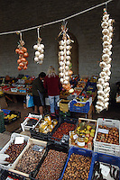 Bancarelle di frutta e verduto in un mercatino all'aperto..Stalls of fruit and vegetable in an outdoor marketplace.....