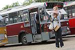 Foto: VidiPhoto<br /> <br /> ARNHEM - Duizenden belangstellenden kwamen zaterdag naar het Nederlands Openluchtmuseum in Arnhem om de tientallen historische autobussen en trams te bekijken, te fotograferen, mee te rijden of zelf achter het stuur plaats te nemen. Afgelopen weekend konden liefhebbers voor het tweede achtereenvolgende jaar hun hart ophalen aan al dat oude moois uit het verleden. Het evenement &quot;Volgende halte: Openluchtmuseum!&quot; stond dit jaar in het teken van het twintigjarig bestaan van het trambedrijf in het museum. Vooral kinderen en vaders genoten zichtbaar van het interactieve evenemen.