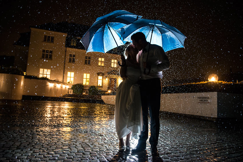 wedding photographers in copenhagen, bryllupsfotograf i københavn, wedding pictures in the rain