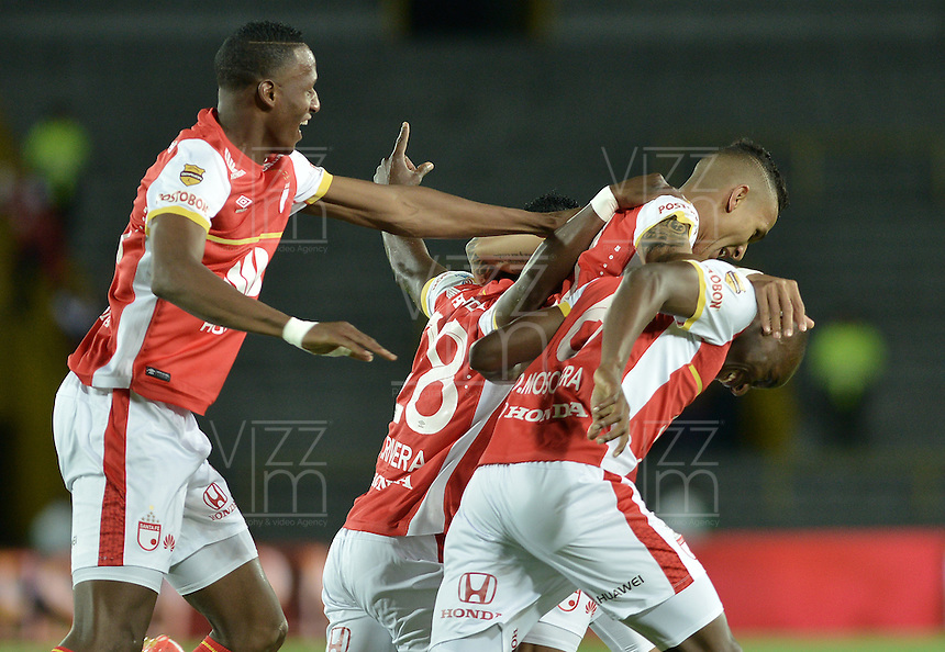 BOGOTÁ -COLOMBIA, 25-04-2015. Jugadores de Independiente Santa Fe celebran el gol anotado a Jaguares FC durante partido entre Independiente Santa Fe y Jaguares FC por la fecha 17 de la Liga Aguila I 2015 jugado en el estadio Nemesio Camacho El Campin de la ciudad de Bogota. / Players of Independiente Santa Fe celebrate a scored goal scored to Jaguares FC during a match between Independiente Santa Fe and Jaguares FC for the 17th date of the Liga Aguila I 2015 played at Nemesio Camacho El Campin Stadium in Bogota city. Photo: VizzorImage/ Gabriel Aponte / Staff