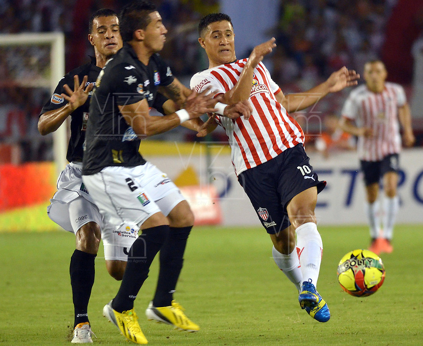 BARRANQUILLA -COLOMBIA- 03-08-2013. Jonathan Lopera ( Der) del Atl&eacute;tico Junior disputa el bal&oacute;n  contra Maicol Ortega  del   Once Caldas    ,  partido correspondiente a la Liga Postob&oacute;n segundo semestre disputado en el estadio Metropolitano    / Jonathan Lopera Atletico Junior fights for the ball against Once Caldas Maicol Ortega, game in the second half Postob&mdash;n League match at the Metropolitano stadium<br />