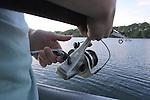 """Foto: VidiPhoto..AMSTERDAM - Driekwart van de Nederlandse bevolking ziet vissen als een """"dieronvriendelijke"""" vrijetijdsbesteding. Dat blijkt uit een onderzoek van het NIPO in opdracht van de Stichting Vissenbescherming. Uit de enquete onder ruim duizend Nederlanders blijkt dat ruim 60 procent van de ondervraagden meent dat vissen tijdens de vangst pijn, stress en angst ervaren."""