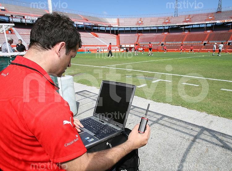 Fussball International   Training Schweiz Physiologe Markus Tschopp mit Laptop und Funkeinheit, er empfaent Daten der trainierenden Spieler