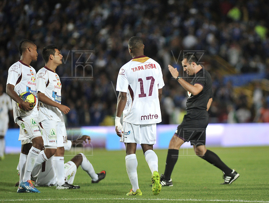 BOGOTA- COLOMBIA -19 -04-2014: Carlos Betancur, arbitro, durante partido entre Millonarios y Deportes Tolima por la fecha 18 de la Liga Postobon I 2014, jugado en el estadio Nemesio Camacho El Campin de la ciudad de Bogota.   / Carlos Betancur, referee, during a match between Millonarios and Deportes Tolima for the date 18th of the Liga Postobon I 2014 at the Nemesio Camacho El Campin Stadium in Bogota city. Photo: VizzorImage  / Luis Ramirez / Staff.
