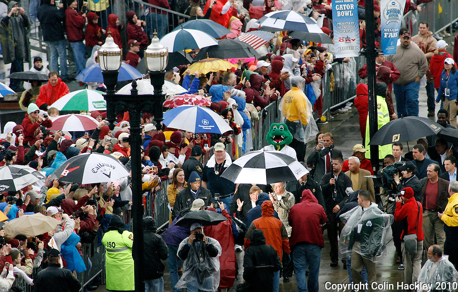 JACKSONVILLE, FL 1/1/10-FSU-WV FB CH03-Florida State's Head Coach Bobby Bowden and wife Ann are sheltered by an umbrella as they walk with the team into the Gator Bowl Friday in Jacksonville, Fla. .COLIN HACKLEY PHOTO