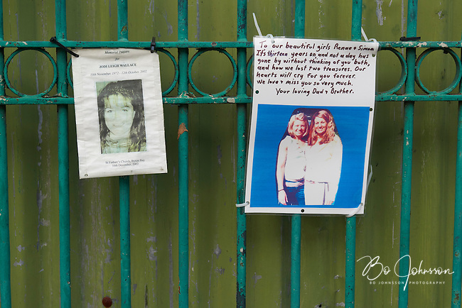 Reminders of the killed. Notes and pictures outside that once was the Sari Club, today a parking lot.<br />