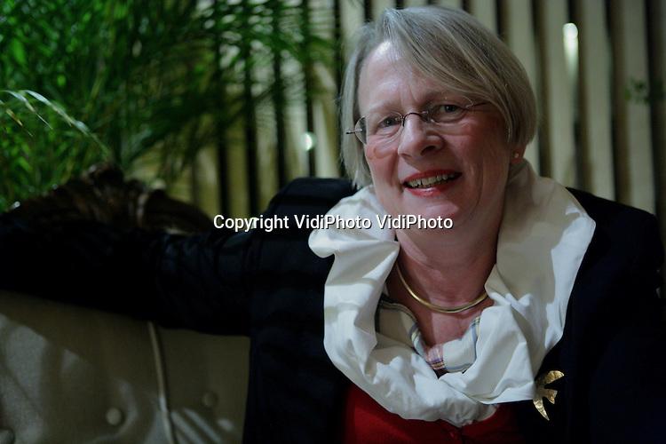 Foto: VidiPhoto..VEENENDAAL - Portret van ethicus, arts en schrijfster drs. Alie Hoek-van Kooten uit Veenendaal. Alie Hoek staat in christelijke kringen hoog aangeschreven vanwege haar boeken op het gebied van verkering en seksualiteit, waarover ze ook veel lezingen houdt. Daarnaast werkt ze als adviseur bij de christelijke instelling voor psychiatrie Eleos. Voorheen was ze docente op de Christelijke Hogeschool Ede.