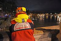 Roma 12 Dicembre 2008.Il fiume Tevere in piena per le piogge,l'intervento dei Vigili del Fuoco a Ponte Cavour.Rome 8 December 2008.The river Tiber in flood  for the rains, the intervention of firefighters.