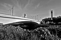 Ponte das Bandeiras sobre o Rio Tietê. São Paulo. 1997. Foto de Juca Martins.