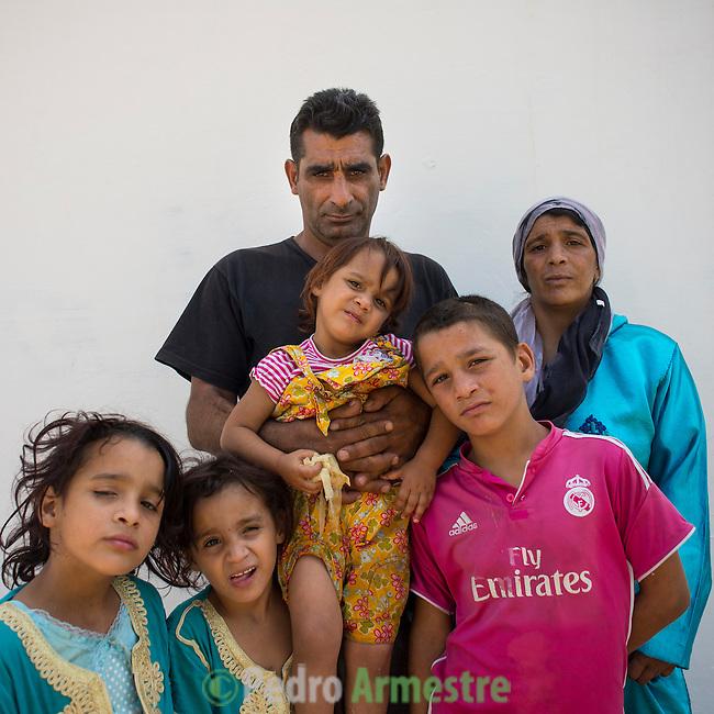 13 septiembre 2015. Nador. Marruecos.<br /> Souleiman y Fatya tuvieron que dejar Siria en compa&ntilde;&iacute;a de sus hijos Jamal, 8 a&ntilde;os, Almas, de 6, Merna, de 5 y  Rajaf de dos a&ntilde;os. Ahora permanecen en Nador (Marruecos) a la espera de una oportunidad para poder pasar a Melilla. Desde que salieron de Siria los ni&ntilde;os dejaron de recibir educaci&oacute;n. Sus padres cuentan c&oacute;mo han vivido el viaje, atravesando Turqu&iacute;a, Argelia y Marruecos, con miedos y tristeza. La ONG Save the Children exige al Gobierno espa&ntilde;ol que tome un papel activo en la crisis de refugiados y facilite el acceso de estas familias a trav&eacute;s de la expedici&oacute;n de visados humanitarios en el consulado espa&ntilde;ol de Nador. Save the Children ha comprobado adem&aacute;s c&oacute;mo muchas de estas familias se han visto forzadas a separarse porque, en el momento del cierre de la frontera, unos miembros se han quedado en un lado o en el otro. Para poder cruzar el control, las mafias se aprovechan de la desesperaci&oacute;n de los sirios y les ofrecen pasaportes marroqu&iacute;es al precio de 1.000 euros. Diversas familias han explicado a Save the Children c&oacute;mo est&aacute;n endeudadas y han tenido que elegir qui&eacute;n pasa primero de sus miembros a Melilla, dejando a otros en Nador.  Save the Children Handout/PEDRO ARMESTRE - No ventas -No Archivos - Uso editorial solamente - Uso libre solamente para 14 d&iacute;as despu&eacute;s de liberaci&oacute;n. Foto proporcionada por SAVE THE CHILDREN, uso solamente para ilustrar noticias o comentarios sobre los hechos o eventos representados en esta imagen.<br /> Save the Children Handout/ PEDRO ARMESTRE - No sales - No Archives - Editorial Use Only - Free use only for 14 days after release. Photo provided by SAVE THE CHILDREN, distributed handout photo to be used only to illustrate news reporting or commentary on the facts or events depicted in this image.
