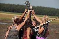 5. Matschfussball-Meisterschaft in Woellnau. Auf zwei gefluteten Aeckern wird alljaehrlich in Wöllnau (Woellnau) bei Eilenburg der Deutsche Matschfussball-Meister gesucht. Waehrend bei den Herren zehn Teams um die Schale kaempften, stritten bei den Damen vier Teams um die Ballnixe.  Ein feutfroehliches und dreckiges Spektakel, dass gut 1000 Besucher in die Duebener Heide gelockt hat. Am Ende durften bei den Herren das City Bootcamp jubeln. Sie verteidigten den Pott, bezwangen im Finale Battaune mit 3:2. Bei den Damen siegten die Volleyballerinnen aus Priestäblich (Priestaeblich).  im Bild:  Jubel bei den Gestoert-aber-geil-Maedels ueber den Titel.   Foto: Alexander Bley