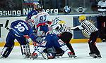 Eishockey, DEL, Deutsche Eishockey Liga 2003/2004 , 1.Bundesliga Arena Nuernberg (Germany) Nuernberg Ice Tigers - Iserlohn Roosters (7:2) Schlaegerei am Boden, Konstantin Firsanov (IceTigers) gegen Lars Brueggemann (Iserlohn), Linienrichter sind hilflos.