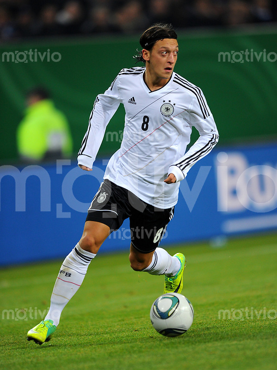 15. November 2011: Hamburg, Imtech-Arena: Fussball Laenderspiel (Testspiel): Deutschland - Niederlande: Deutschlands Mesut Oezil am Ball.