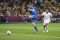 FUSSBALL  EUROPAMEISTERSCHAFT 2012   VIERTELFINALE England - Italien                     24.06.2012 Daniele De Rossi (li, Italien) zieht ab. Glen Johnson (re, England) staunt