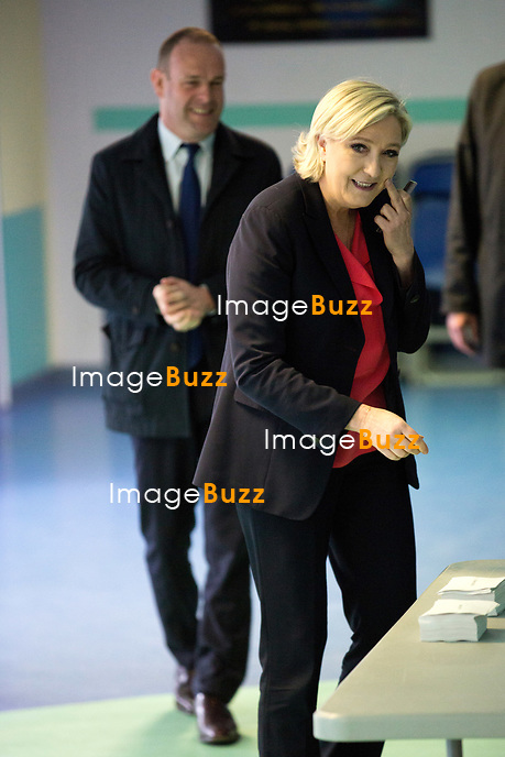 Marine Le Pen vote &agrave; l' &eacute;cole primaire publique Jean-Jacques Rousseau &agrave; H&eacute;nin-Beaumont lors du second tour de la pr&eacute;sidentielle.<br /> France, H&eacute;nin-Beaumont, 7 mai 2017.<br /> Marine Le Pen, the president of the far-right Front National party voting at the primary school Jean-Jacques Rousseau in H&eacute;nin-Beaumont, during the 2nd round of the 2017 French presidential election.<br /> France, H&eacute;nin-Beaumont, 7 May 2017.