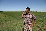 Akylbek Botbajew, Vorarbeiter der landwirtschaftlichen Kooperative,  im Reisfeld nahe des Balschachsee. / Akylbek Botbajew, foreman of the agricultural cooperative, in a rice field near the Balschachsee.