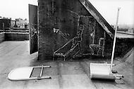 Bronx, New York City, NY - August, 1971<br /> A drawing on rooftop's wall seems to suggest the artist&rsquo;s desire for a better life, or at the very least, a better bathroom. <br /> Brooklyn, New York City, NY. Aout, 1971. <br /> Une main a dessin&eacute; &agrave; la craie un r&ecirc;ve sur le toit de cet immeuble d&eacute;labr&eacute; : Une vraie salle de bain, une douche, des WC qui marchent et pourquoi pas une belle fille.