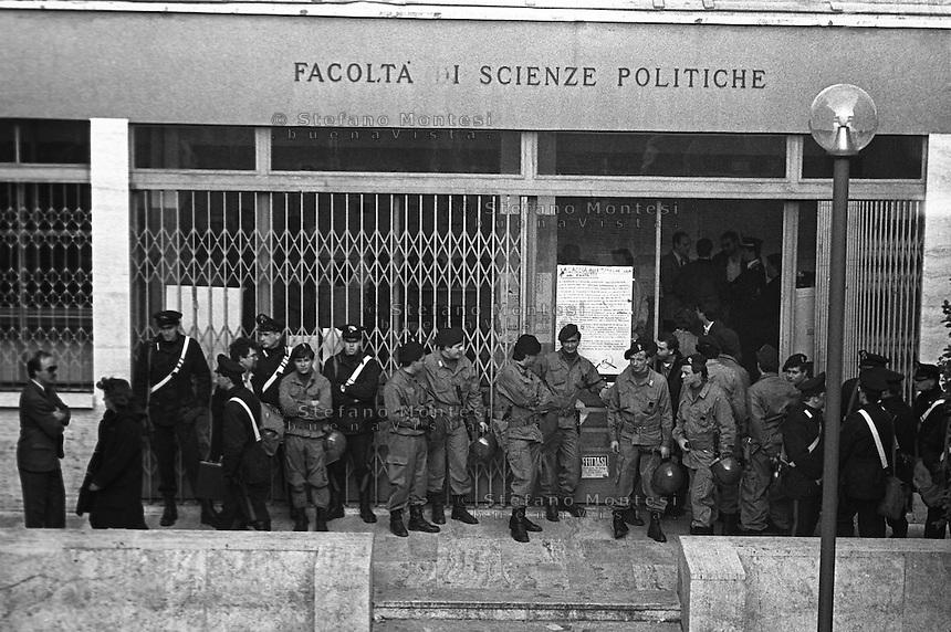 Roma 1988.Le forze dell'ordine davanti alla Facolta di scienze Politiche all'università La Sapienza  dove Renzo De Felice  deve tenere una lezioneche viene contestata  dagli  studenti..