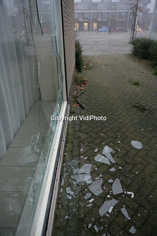 Foto: VidiPhoto..DODEWAARD - Het dichtgespijkerde pand aan het Dorpslein in Dodewaard nadat vandalen er de ramen hebben ingegooid. Op en rond het plein is er veel overlast van jongeren en wordt er drugs gedeald. De jongeren op de foto hebben niets te maken de genoemde problemen.