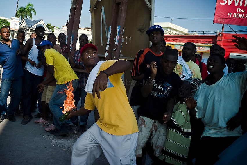 In the streets of Port-au-Prince, the tension rises between haitians and MINUSTAH./// Haitians demonstrate, in the streets of Port-au-Prince, to protest against MINUSTAH they accuse of having brought cholera on their island, ten days before the presidential election.