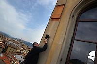 """Firenze.Florence..Bat Box. Casette per pipistrelli..Firenze.Florence..Bat Box. Casette per pipistrelli. Il prof. Paolo Agnelli, responsabile del progetto del Museo di Storia Naturale dell'Università di Firenze, controlla le casette per i pipistrelli posizionate sul torrino del museo """"La Specola""""...."""