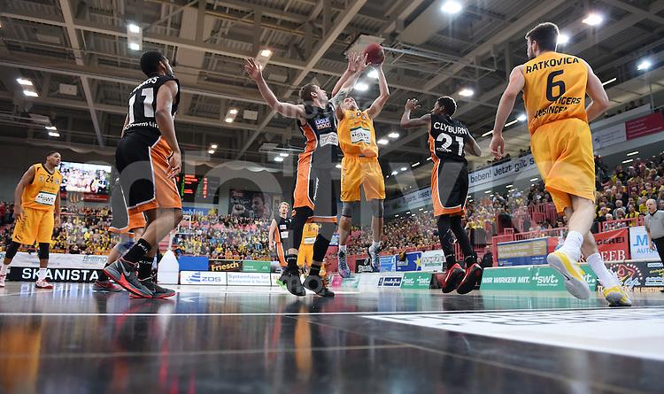 BEKO Basketball 1. Bundesliga 2014/2015  8. Spieltag Walter Tigers Tuebingen - ratiopharm Ulm        09.11.2014 Aleksandar Nadjfeji (Mitte, Tigers) gegen Tim Ohlenbrecht (Mitte li, Ulm) und Will Clyburn (Mitte re Nr.21, Ulm)