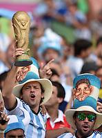 FUSSBALL WM 2014  VORRUNDE    GRUPPE F     Argentinien - Iran                         21.06.2014 Fans aus Argentinien jubeln bereits mit dem WM Pokal