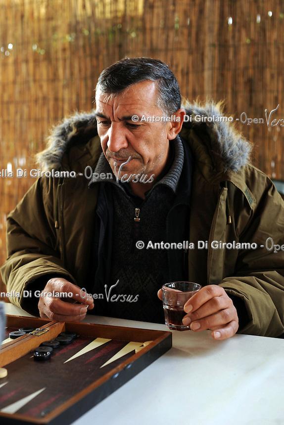 Il centro culturale Ararat nasce nel 2000, a Testaccio quartiere di Roma,come luogo di aggregazione culturale con il fine di far conoscere la cultura curda ma, in seguito, diventa un centro di accoglienza per i curdi richiedenti asilo politico..Ora i curdi, presenti nel centro, sono circa quaranta, tutti ragazzi o uomini che non hanno la propria famiglia in Italia, la maggior parte sono senza lavoro..The cultural center Ararat, in Rome, was founded in 2000 as a place of cultural aggregation with the aim of making known the Kurdish culture but later becomes a acceptance centre for Kurdish asylum seekers..Now, in the center,there are forty Kurds,all boys or men who have no family in Italy, most.are without work..