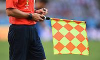 FUSSBALL WM 2014                FINALE Deutschland - Argentinien     13.07.2014 Linienrichter mach t sich mit der Fahen in der Hand notizen