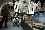 Foto: VidiPhoto<br /> <br /> ARNHEM - Bezoekers van het Nederlands Openluchtmuseum in Arnhem krijgen donderdag een kijkje achter de schermen van de wereldberoemde HollandRama. De (nog steeds) wereldprimeur is dit weekend voor het laatst open. Daarna wordt het ontmanteld om plaats te maken voor de Canon van Nederland. HollandRama werd in 2000 geopend en is een multimediale presentatie van de Nederlandse geschiedenis, met landschappen en stadsgezichten. In de afgelopen bijna vijftien jaar hebben zo'n 1,5 miljoen museumbezoekers in de unieke attractie plaatsgenomen. Veel werknemers van het museum nemen deze week afscheid van HollandRama. Zondag wordt de laatste voorstelling gegeven. Bezoekers krijgen tot en met vrijdag tijd gelegenheid om een kijkje achter de schermen te nemen en alle diorama's vanuit de 'tijdcapsule' tegelijk te bekijken en te fotograferen. Daarna zijn er tot en met zondag alleen nog maar reguliere voorstellingen. De historische onderdelen van HollandRama zullen in de collectie worden opgenomen of in depot geplaatst. Het eivormige gebouw zal worden ontmanteld door aannemingsbedrijf Chris Liet uit Rheden. Uitvoerder Bennie Kock (m) kwam donderdag alvast een kijkje nemen.