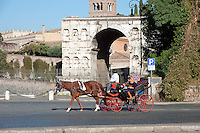Ottobre 2011.orse-Drawn Carriage  in Piazza Bocca della Verita, on the background is the Arch of Janus.Carrozzella con cavallo in Piazza Bocca della Verità, sullo sfondo l'Arco di Giano