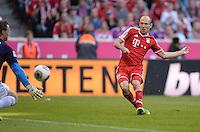 Fussball  1. Bundesliga  Saison 2013/2014  9. Spieltag FC Bayern Muenchen - 1. FSV Mainz     19.10.2013 Arjen Robben (re, FC Bayern Muenchen) erzielt das Tor zum 1-1 Ausgleich gegen Torwart Christian Wetklo (1. FSV Mainz 05)